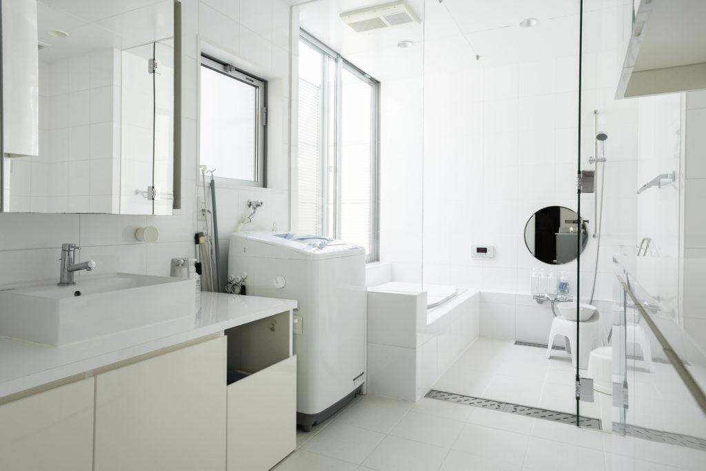 清潔感いっぱいのバスルーム。床にはLIXILのサーモタイルを。築9年とは思えない美しさ。