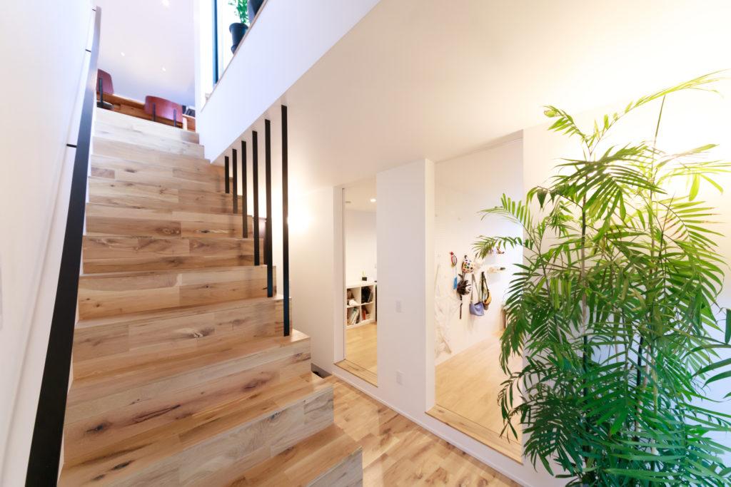 階段はフローリングと同じ無垢材を使用。玄関を入り、階段の反対側には子ども部屋が2つ並ぶ。