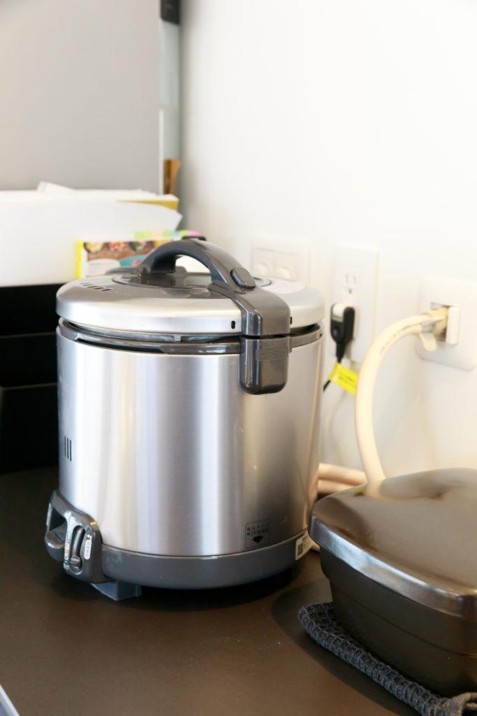 「早く炊けて、ふっくら美味しいですよ」と、ご飯はガスで炊く奥さま。あらかじめガス栓を設置した。
