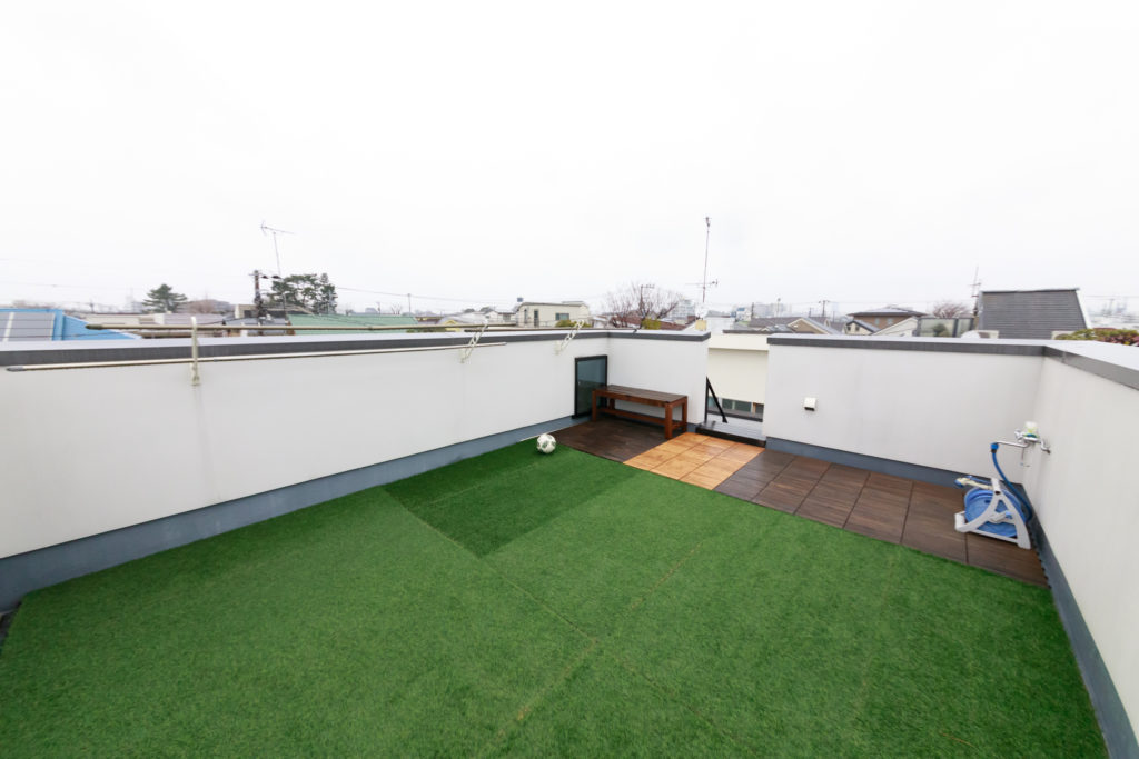 人工芝を敷いた屋上。サッカーボールを蹴ったり、バーベキューをしたり。夏場は大きなプールを設置する。