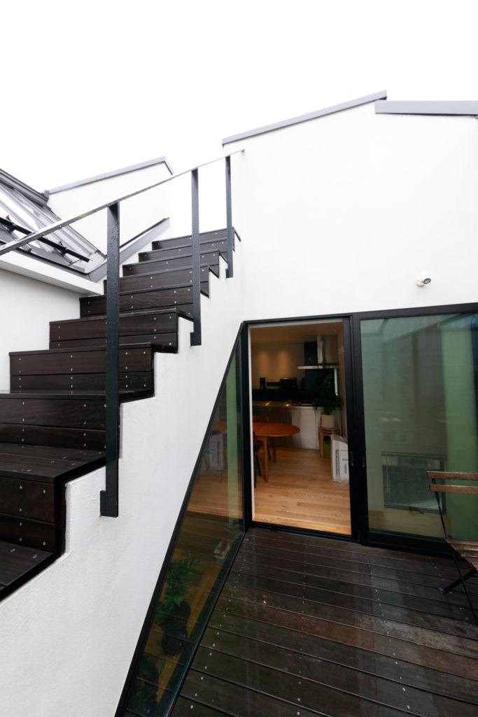光庭からダイニングを見る。階段を上がれば屋上に。