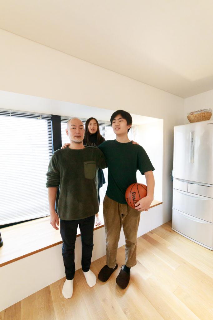 中学2年の長男はすでに180cmを超え、学年で1番の長身に。決して小柄ではないご主人よりも大きい。
