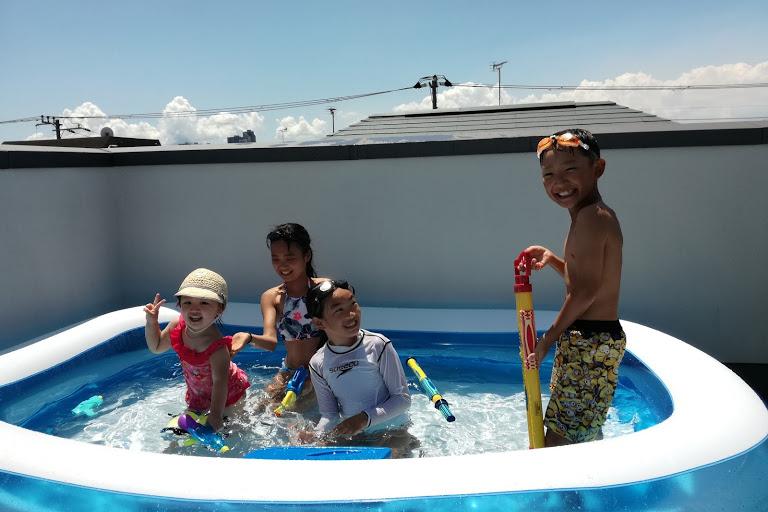 夏場に登場するビッグサイズのプール。奥さまの友人のお子さんたちがみんなで入っても余裕の大きさ。(写真/ご家族提供)