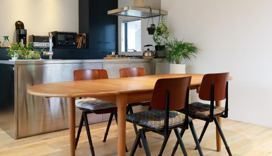 ダイニングテーブルは北欧のヴィンテージ。エクステンション付きで来客人数によって変更できる。オランダのスクールチェアをコーディネート。