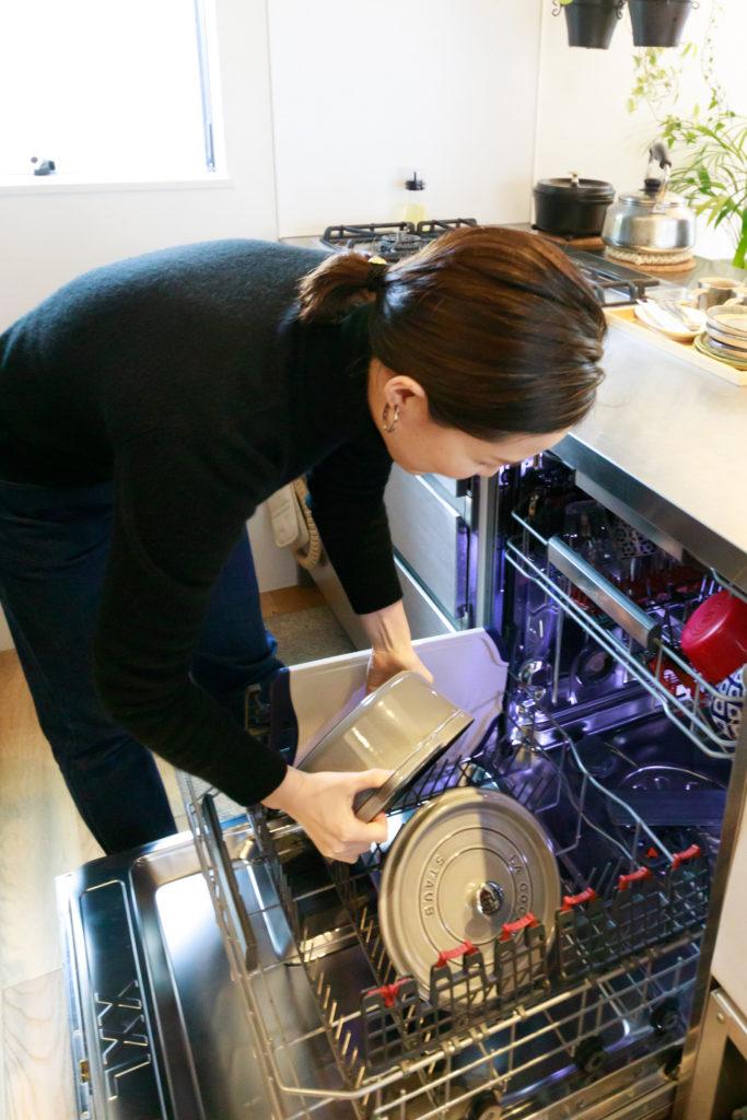 鍋やフライパンもすっぽり入る、『AEG』の大型食洗機。「家事の時短には絶対的なアイテムですね。1回まわすだけで全て洗えますよ」(奥さま)。働く主婦の味方である。