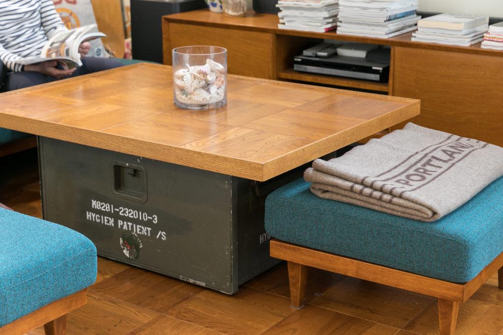ローテーブルの脚に使っているのはスウェーデン軍のキャビネット。サイドから開閉できる。天板は床と同じ、教室の床のようなスクールパーケットと呼ばれる床材で製作