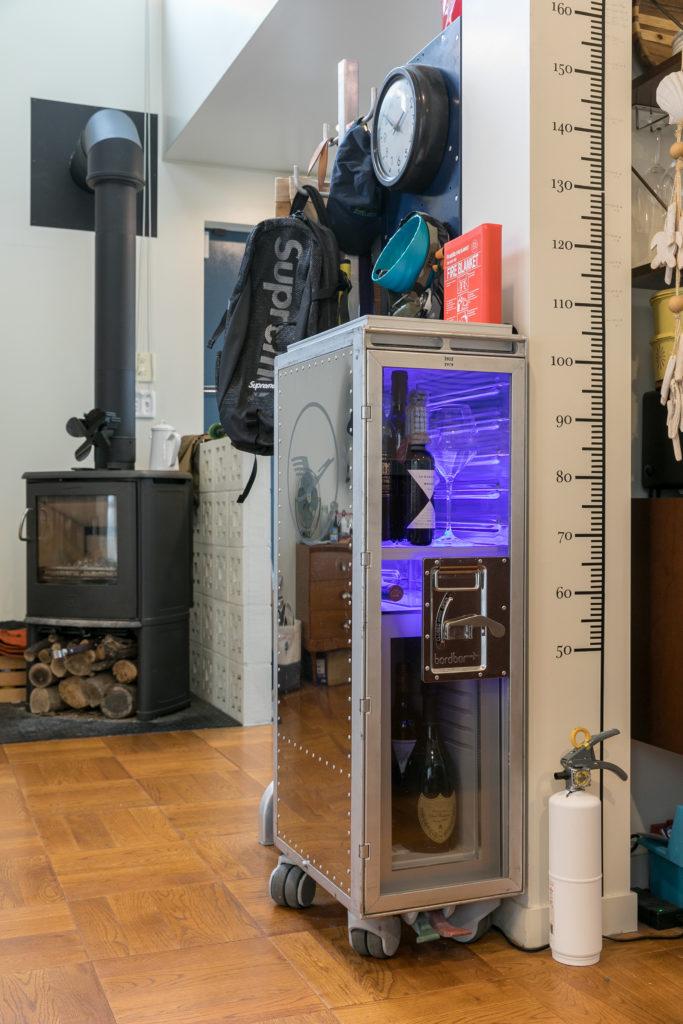 フルトハンザの機内で使われているカートをカスタムしたドイツ製のプロダクト。下部に冷蔵庫が収納されていて、照明のカラーがリモコンでコントロールできる。「『ハモサ』でも取り扱いがあります。人気の商品です」。隣の白い消化器は蔦屋家電で購入。