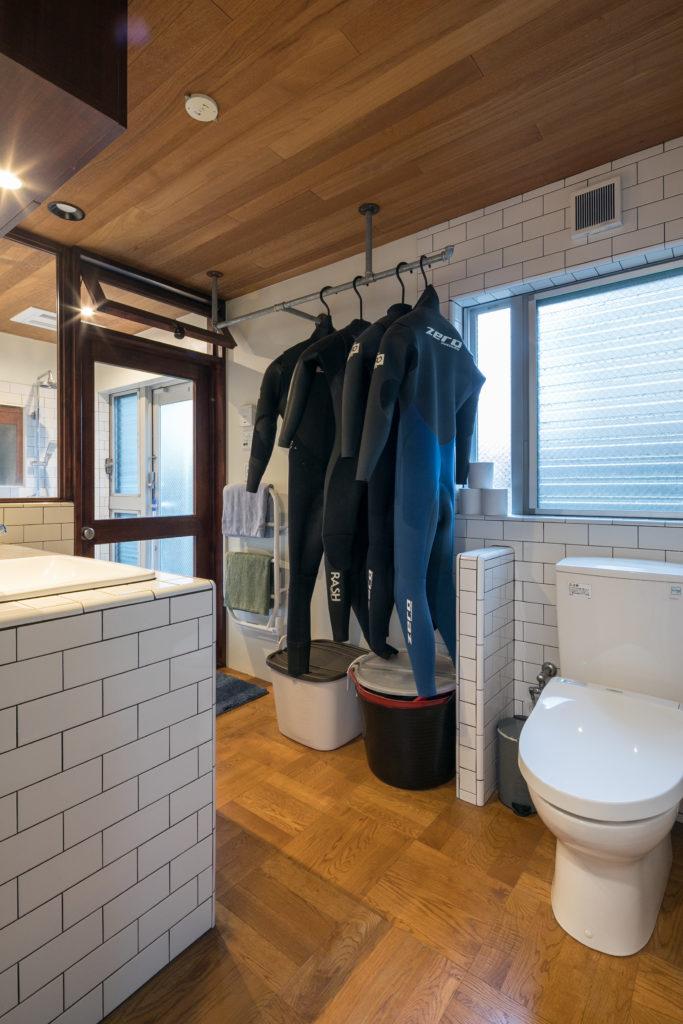 バスルームと洗面所の仕切りは木製。「水に強い南洋材を使っています」。バスルームの裏口を出るとすぐにボード置き場がある。