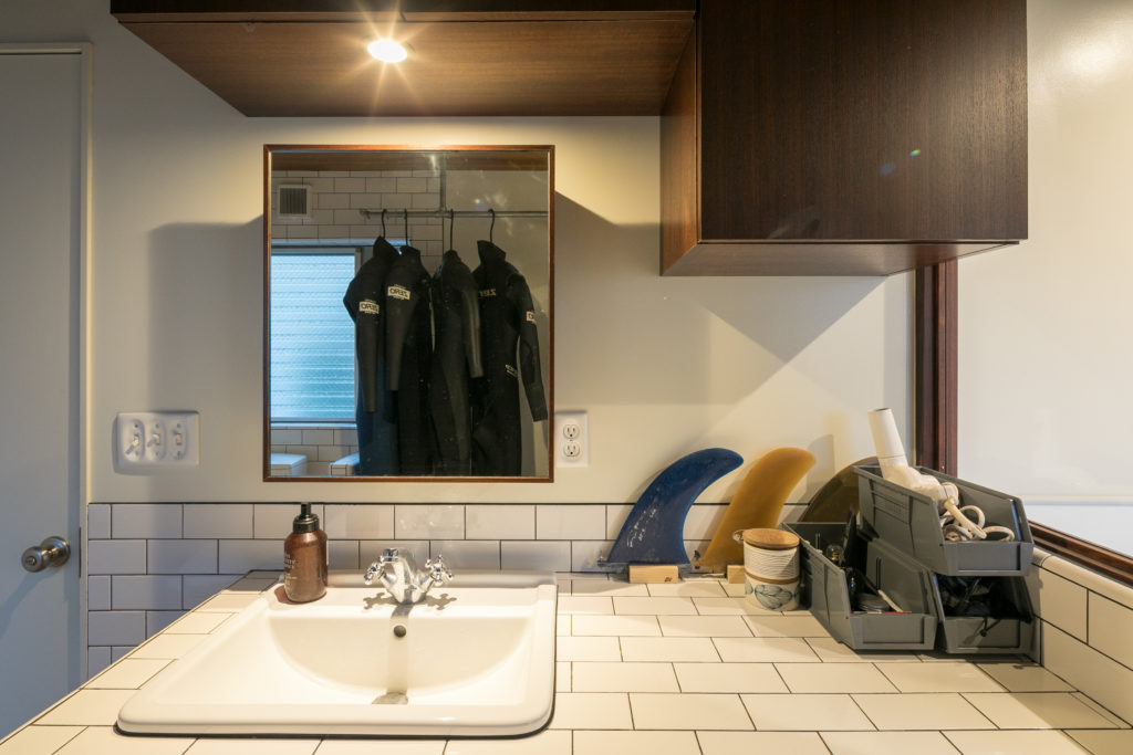 洗面所周りの小物は、アメリカのキャンブロ社製のケースに収納。スイッチプレートにもこだわっている。