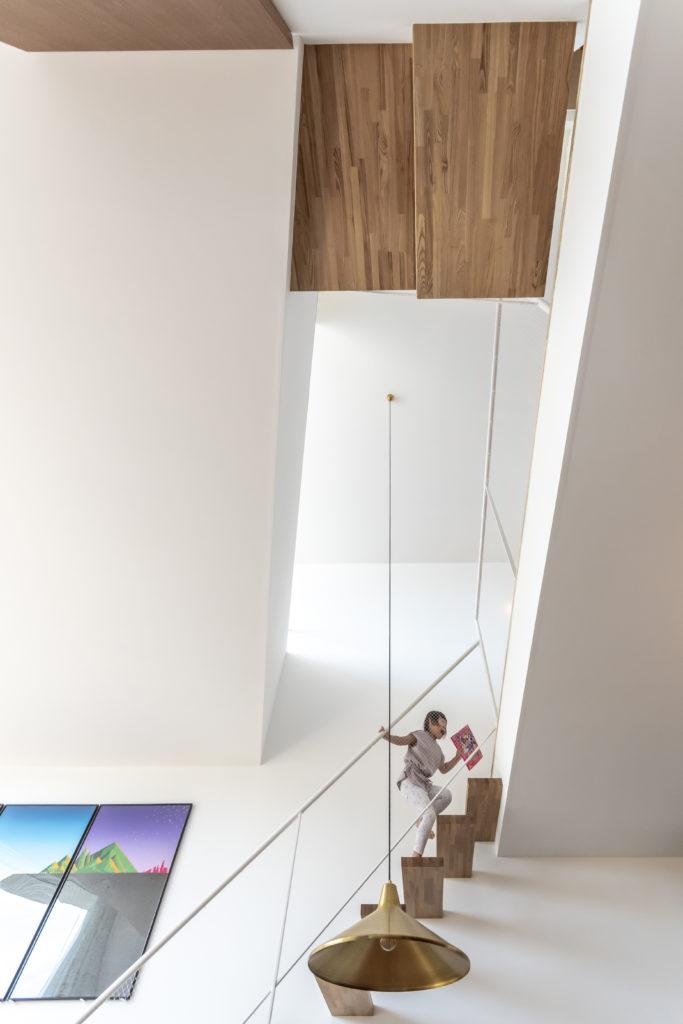 ダイニングから見上げる。右のキッチン上の天井の高さが2.7m、左が3.3m、吹き抜けた部分が6.0mある。