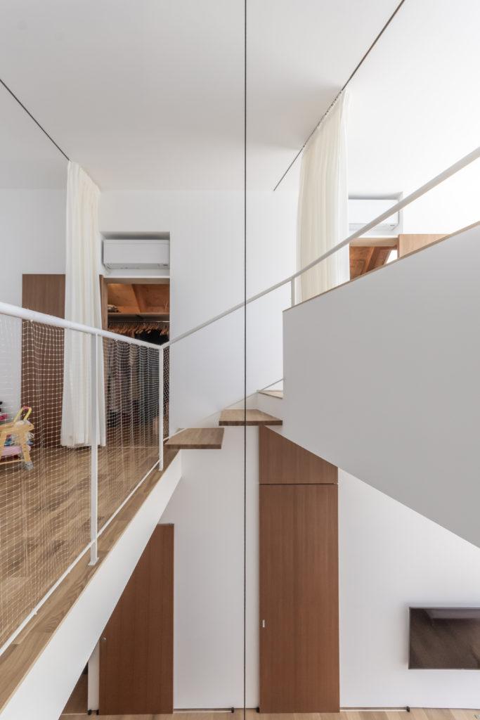 左側が子ども3人のための空間で右が大人の空間。3段の階段でつながっている。