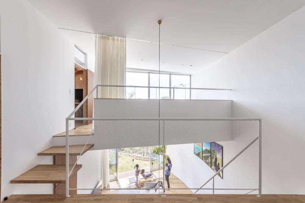 子どものための空間から見る。大人2人のための空間は壁のカーブに合わせて角度が振られている。