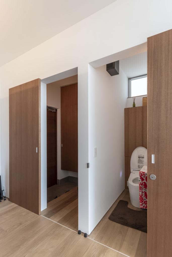 玄関とトイレの扉を開けたところ。