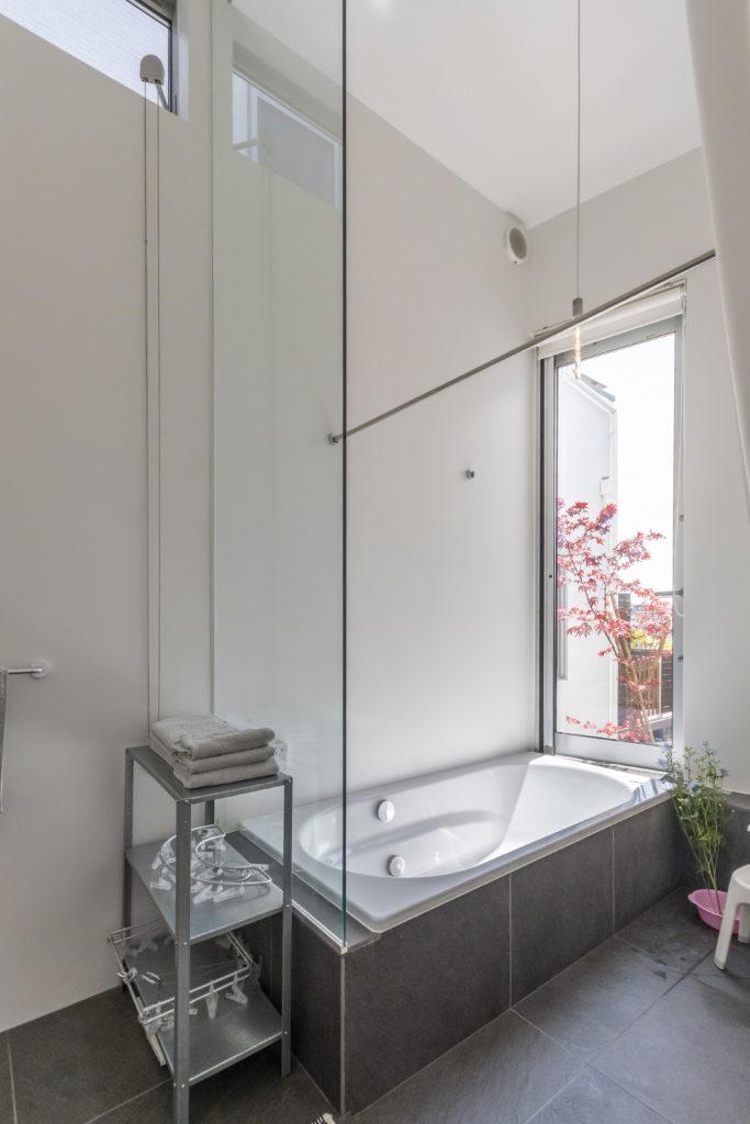 浴室は天井が高いうえに南側の開口から視線が遠くまで抜ける。