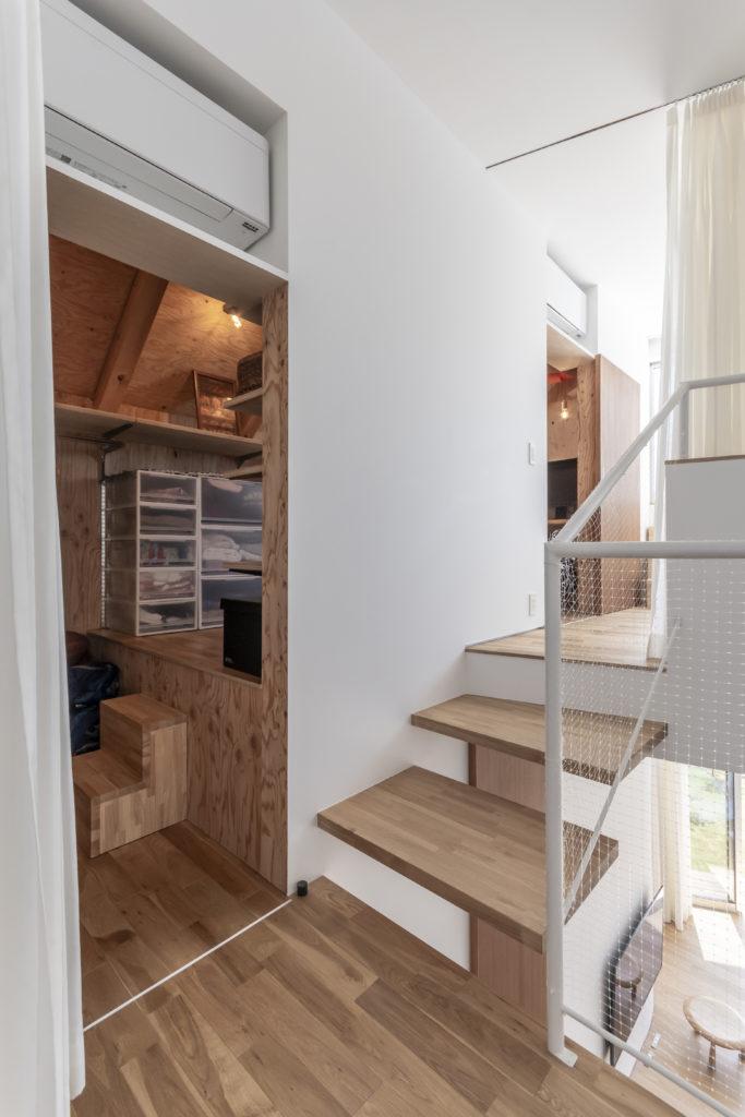 2階の子ども部屋はクローゼット兼納戸につながっている。