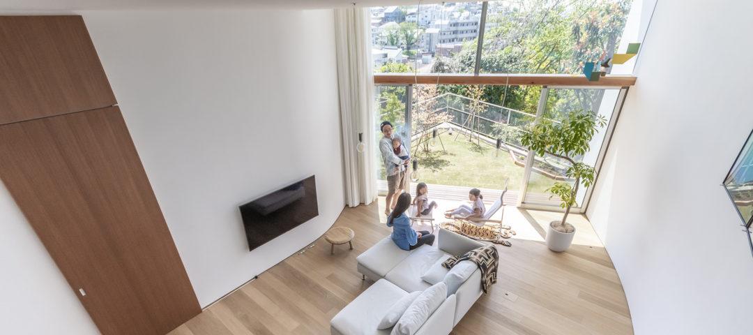 高台に立つ家 おおらかな大空間で 風景を楽しみつつ暮らす
