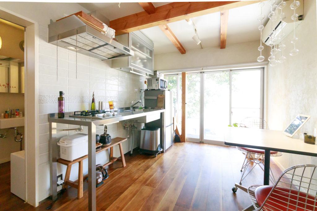 1階のダイニングキッチン。窓の外の新緑が心地よく、都心とは思えない時間が過ごせる。