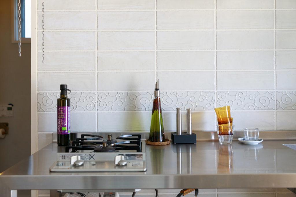 Mさんが自ら貼り付けたキッチンの壁のタイル。一部に用いた柄入りタイルがセンスの良さを物語る。