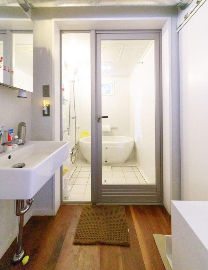 ユニットとは思えないお洒落なバスルームは『日ポリ化工』。ユニットには珍しいタイル使いも決め手に。