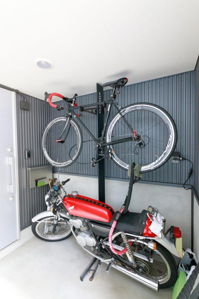 """ここで暮らし始めて""""大切なもの""""に加わった自転車は通勤でも使用。84ccのバイクは買い物など都内移動用。実はもう1台、遠出用に850ccのバイクも所有。"""