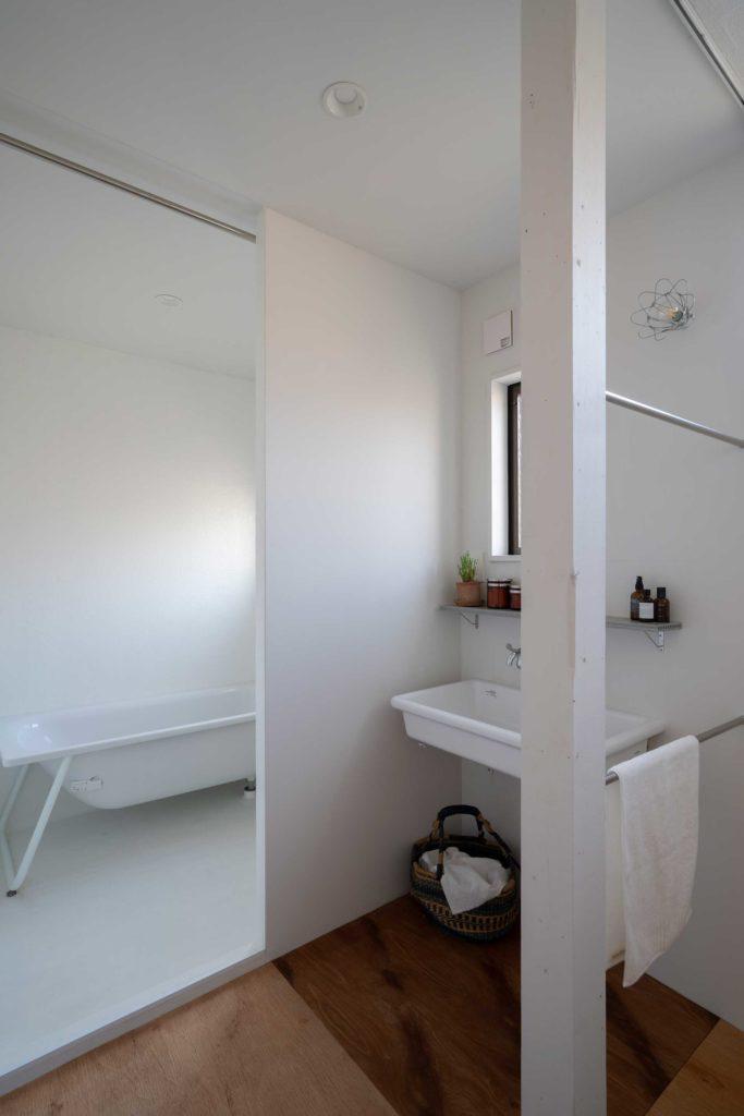 2階の浴室などの水回りスペースも余計なモノのないシンプルなデザイン。