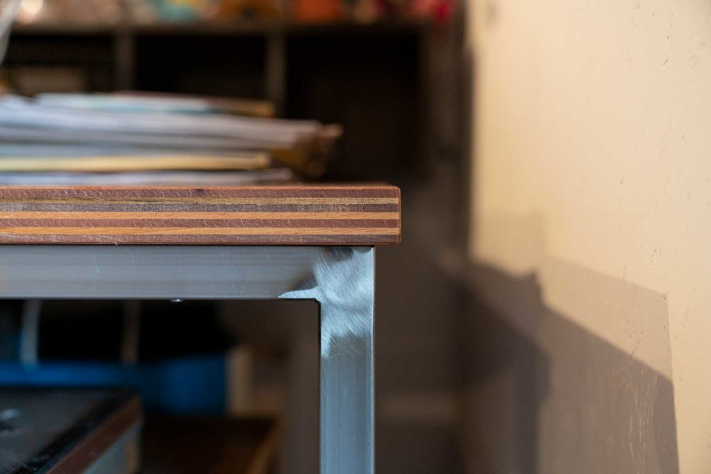 """テーブルの脚にはスチールを使用。アルミでもステンレスでもなくスチールにしたのは""""重み""""を出したかったため。"""