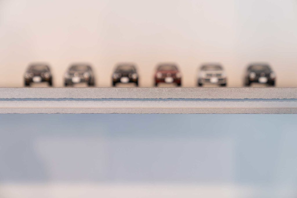 ゴルフⅡのミニカーが載るのはリビングのセメント板でつくられた棚板。