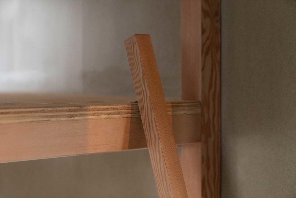 ゲストルームの2段ベッドに立てかけられた梯子。これ以上ないシンプルなデザイン。