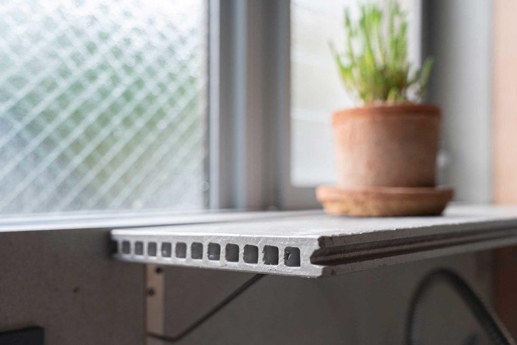 セメント板を鉢植えにした植物を置く台としても使っている。