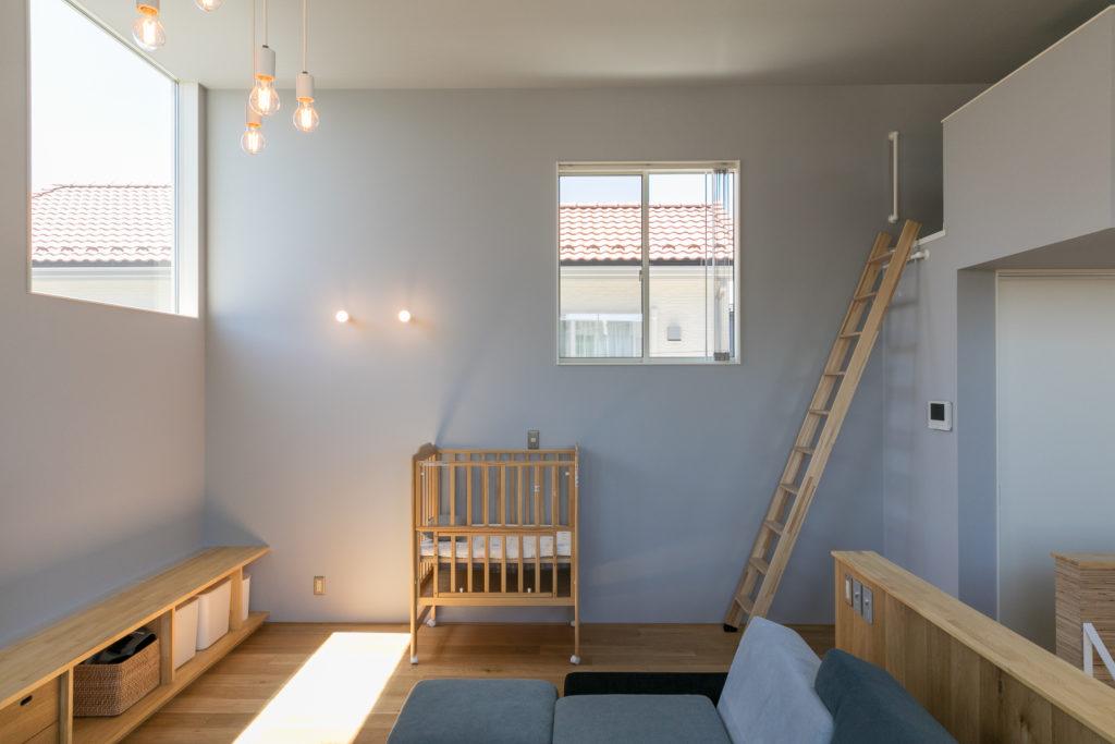 外からの視線を考慮し、微調整を重ねて配置した窓。また壁や天井の辺に合わせて配置することで、壁に光が反射し、明かりがグラデーションに広がる。