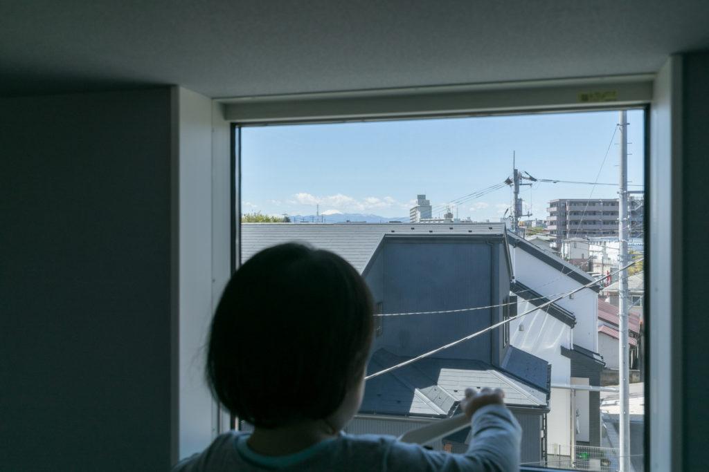 ロフトの窓からは、富士山が望める。