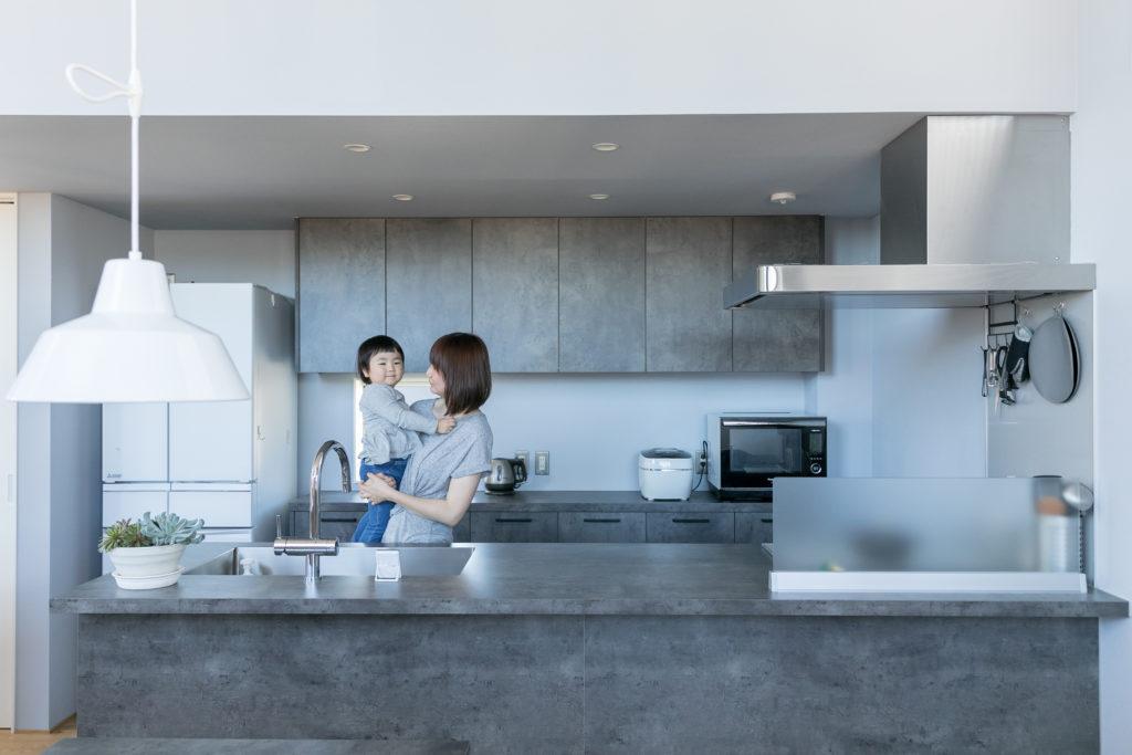友香さんの希望で、リビングまで見通せるオープンキッチンに。「調理スペースも広いので、この場所に椅子を持ってきて、子どもと一緒にクッキーやパン作りを楽しんでいます」(友香さん)。