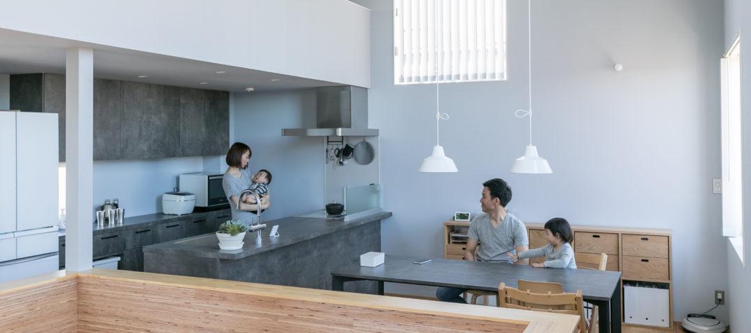 吹き抜けのホールが家全体をつなぐ 温もりと開放感のある住まい