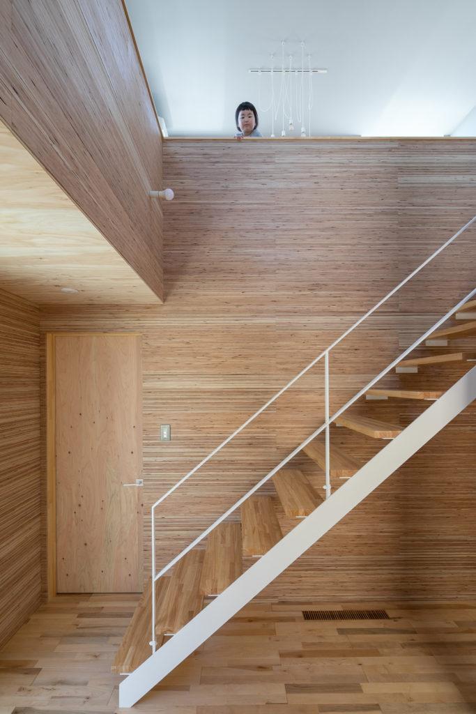 「温かさだけではない、バリエーションのある空間を意識しました」という井上さん。特に1階と2階の雰囲気の切り替わりのバランスにこだわったという。1階は、中国の伝統的な洞穴式住居「ヤオトン」をイメージして、地下のような雰囲気を木材の温もりで表現した。
