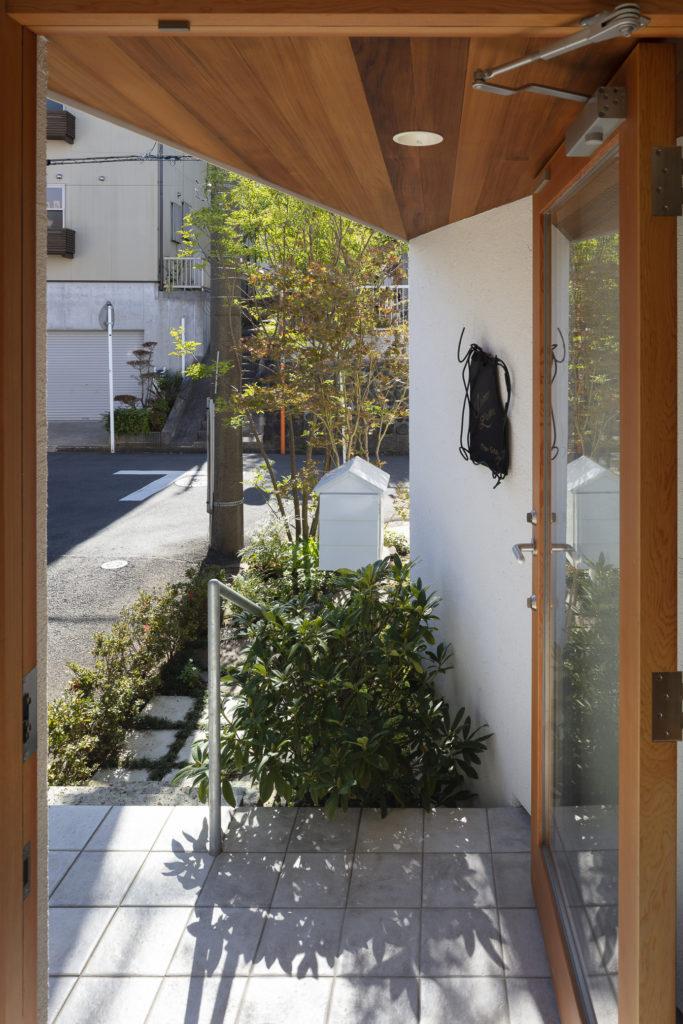 ピアノ室のための玄関からアプローチを見る。