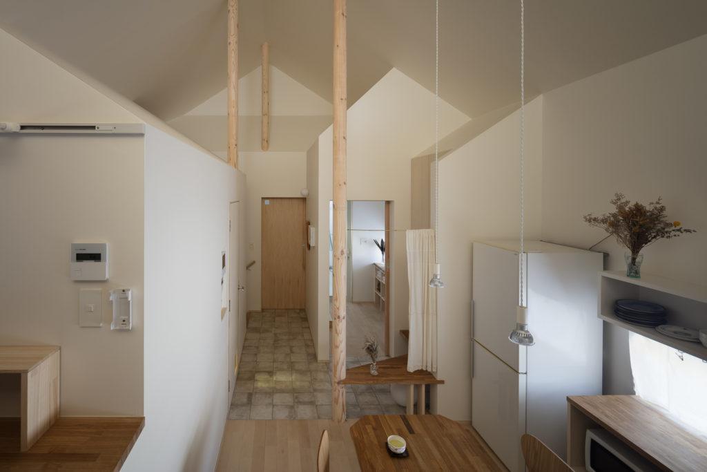 家型が反復する特徴的な造形が見られる天井部分。