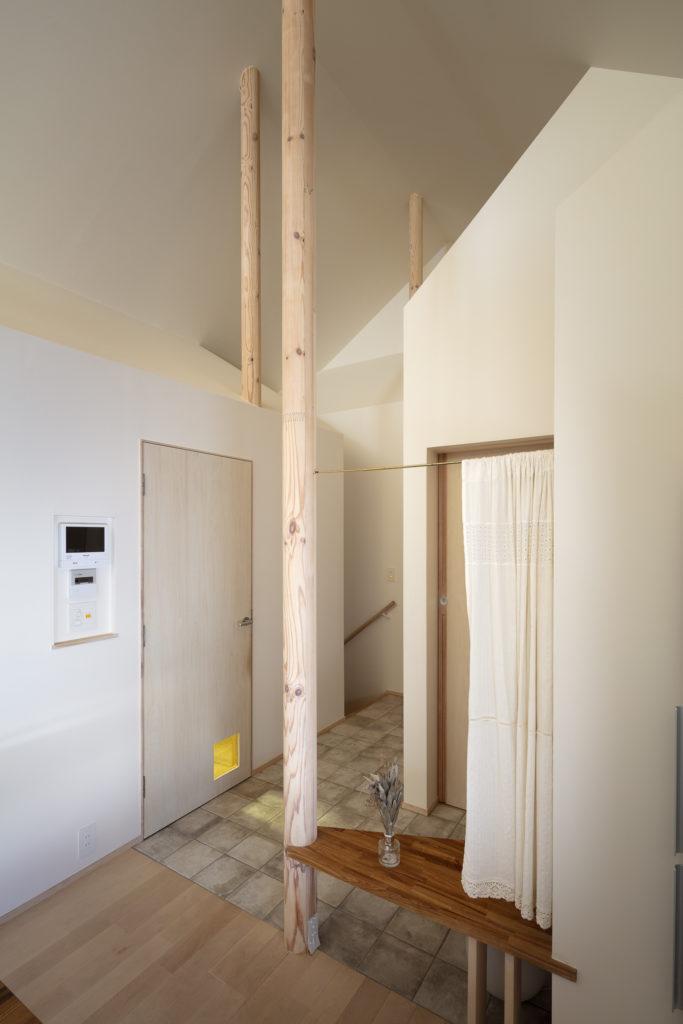 2階のプライベートスペース。正面奥が階段。左がお母様の部屋で右に洗面所と浴室がある。