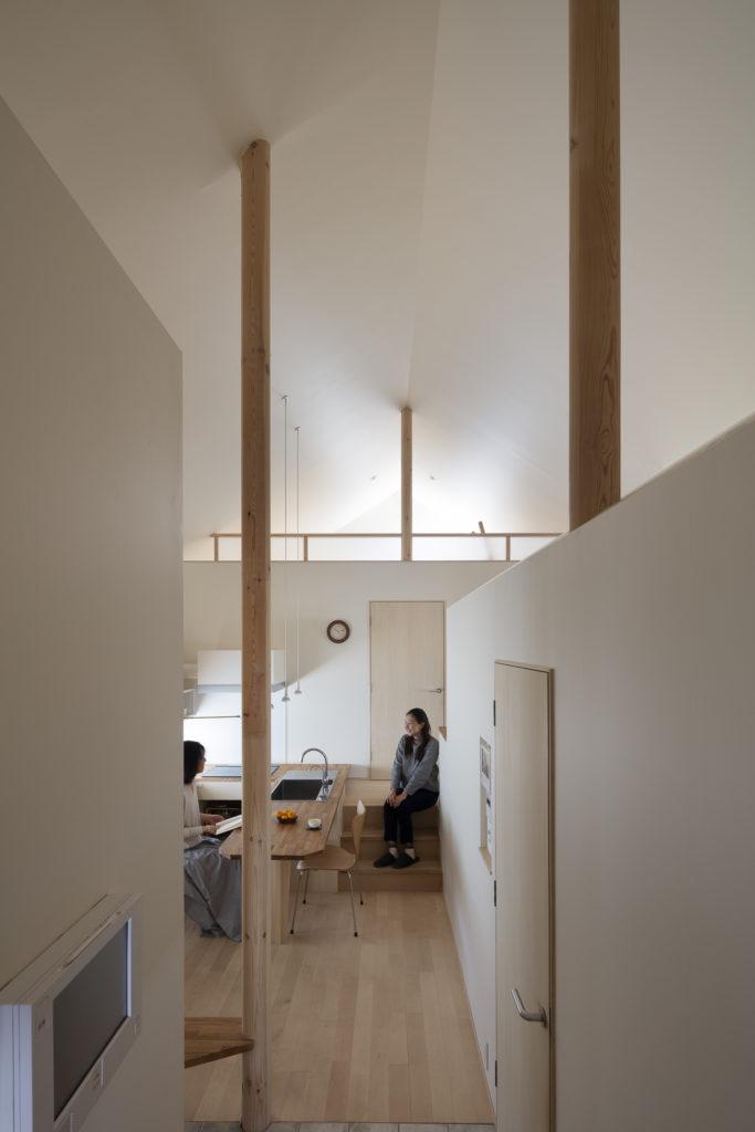 左の女性が大谷さん。ダイニングキッチンの奥に息子さん2人の寝室と大谷さん用のロフト、3人が使うクローゼットがある。
