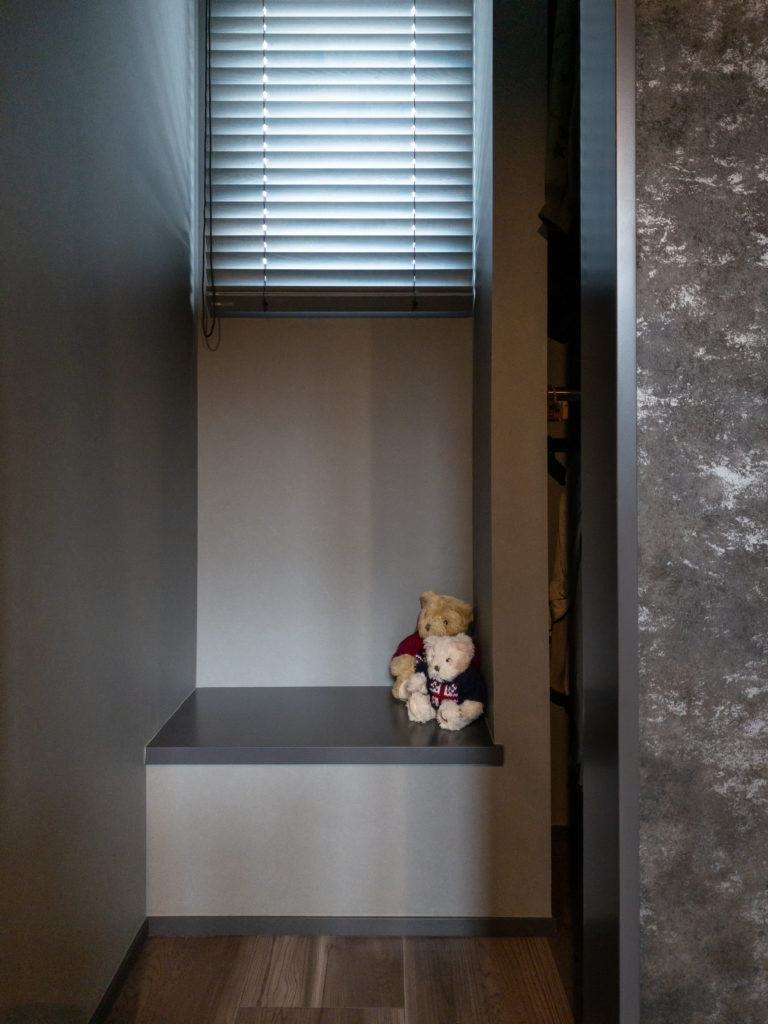 寝室からからウォークインクロゼットに入るところに、造作のベンチと明かりとりの窓 を設けた。