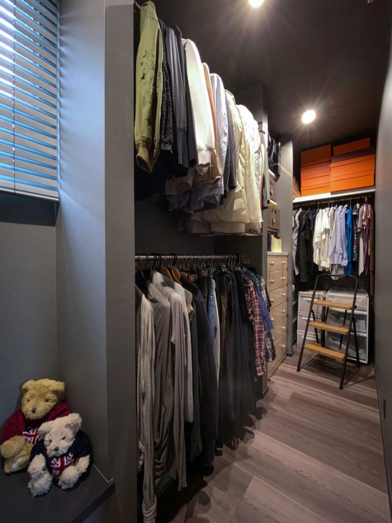 ウォークインクロゼットには、二人の衣類などを収納している。
