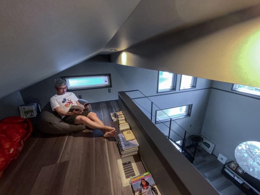 リビングから階段を上がったところにあるロフト。Kさんの山用のシュラフや書籍を置いているが、気分転換に読書や昼寝をすることも。