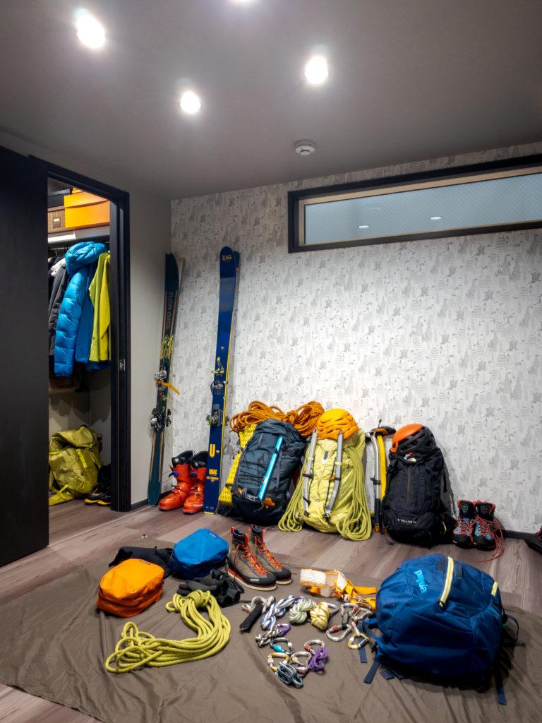 一階のフリースペースは、山に行く支度をしたり、ゲスト用のベッドルームに使う予定。奥にはウォークインクロゼットがある。