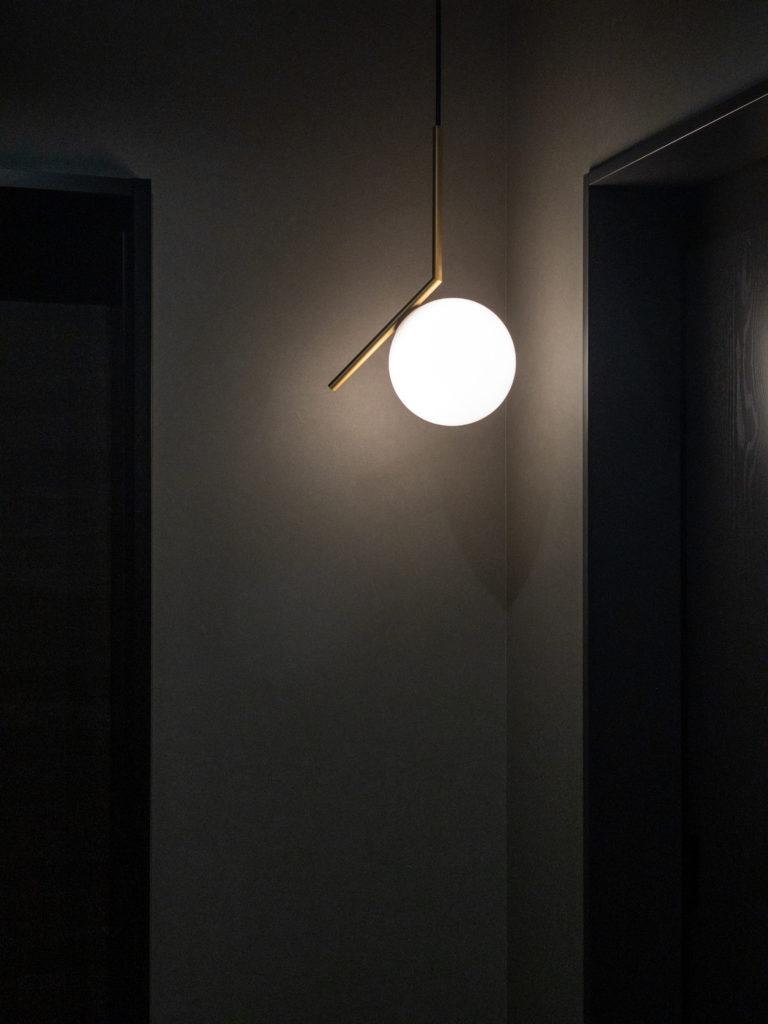 一階玄関ホールの照明は、FLOSの「IC LIGHT」。ショールームでひと目見て気に入り、 モノトーンの玄関のアクセントにした。
