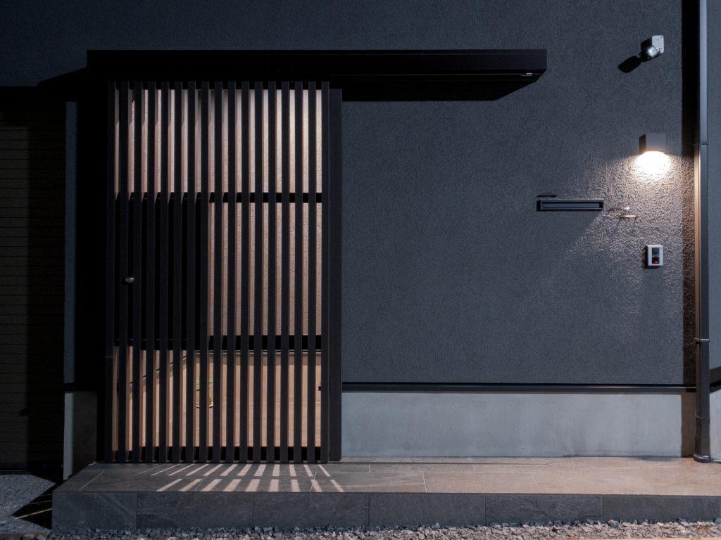外観。通りに面した玄関は、外扉と内扉を設け、ともに引き戸を採用した。