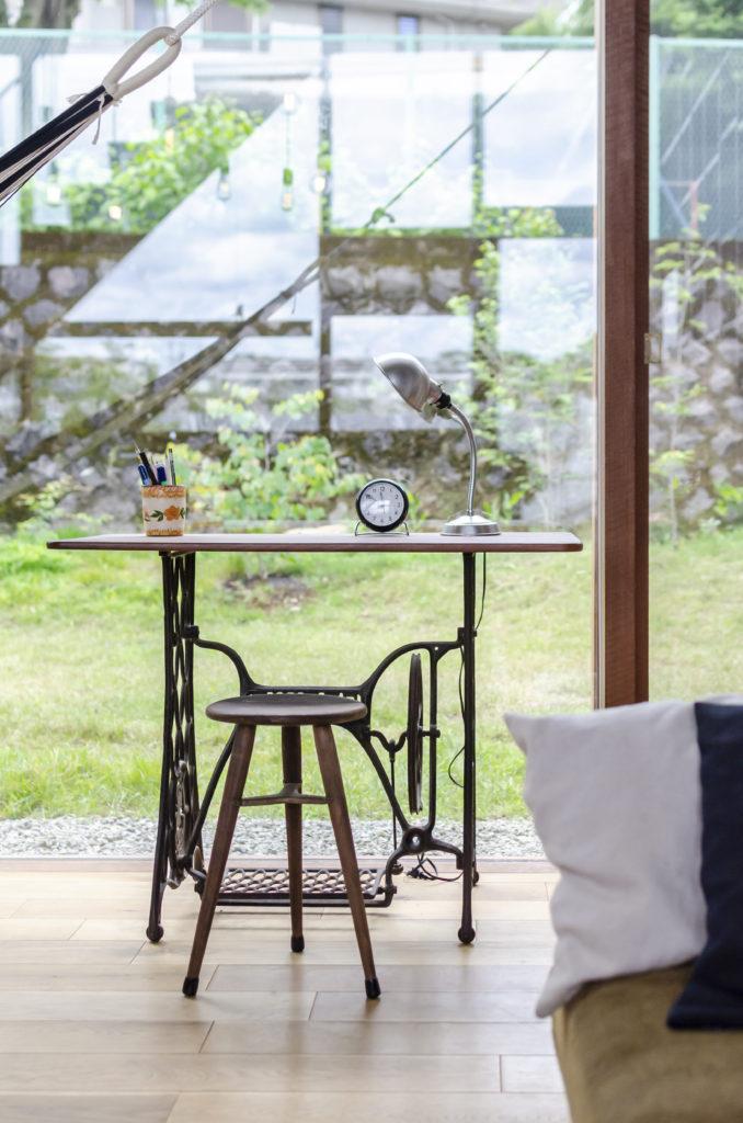 同じく窓際に置かれているのは古いミシンの脚部分を使ってつくられたテーブル。