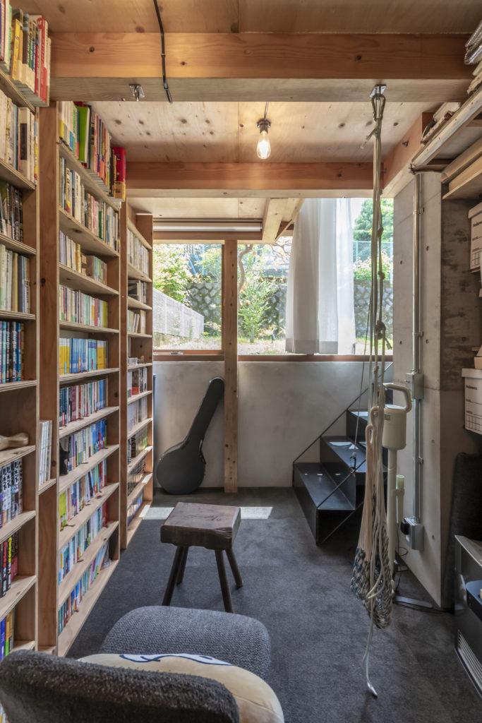 半地下の納戸兼パントリーから南側の庭を見る。この場所は息子さんの読書スペースになっているという。