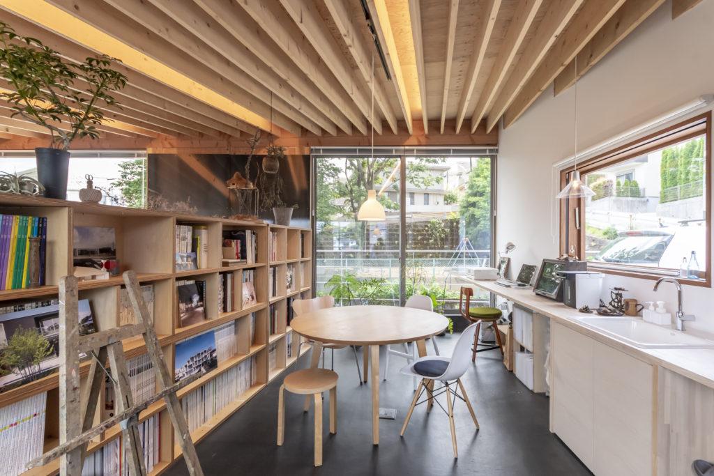 真理子さんの事務所と打ち合わせスペース。窓際のペンダント照明は「カフェなどのお店」のようにも見えるようこの場所に下げた。子どもたちの勉強・工作・お絵描きのスペースにもなっている。