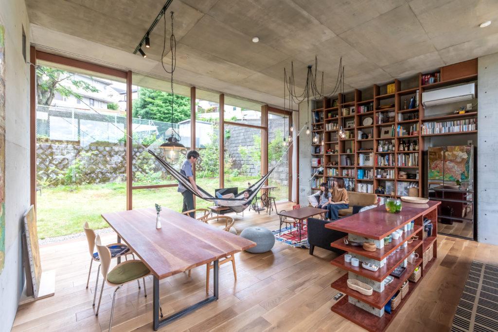 奥の照明はこの空間が大きく天井も高いので1、2個では少し寂しい印象になる。そこで高さをランダムに変えて8個の裸電球をぶら下げた。はじめ、壁の間は現状より90㎝狭く設計したが、「家族みんなが集まる場所」を検討した結果幅を広げることに。