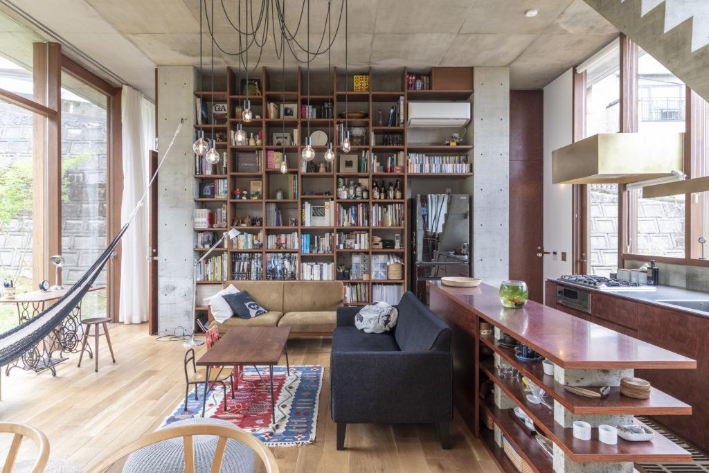 キッチンは当初正面の本棚の位置であったが、真理子さんの「庭を見ながら料理をしたい」との要望から位置が変更された。