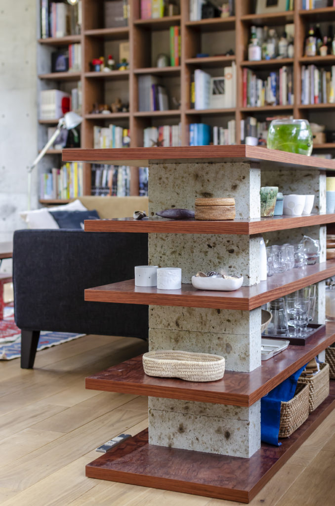 家具屋さんに製作してもらった棚の間に大谷石を挟んで組み立てたのは小長谷さん。